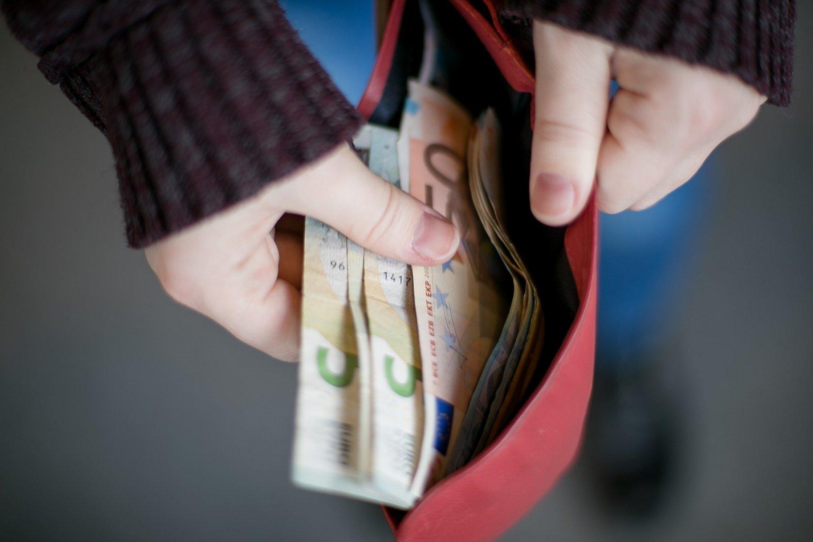 neuždirbsi pinigų sėdėdamas biure